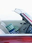 Dosen in einem offenen Cabrio