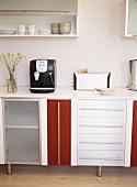 Küchengeräte auf einer Arbeitsfläche in der Küche
