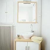Rundes freistehendes Waschbecken unter Wandspiegel