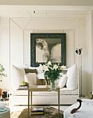 Üppig mit Kissen bestücktes, weisses Sofa in alkovenartiger Konstruktion