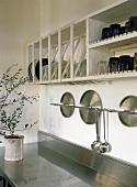 Küchenutensilien an der Wand hängend