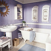 Nostalgisches Badezimmer in Pastell-Lila mit Standwaschbecken und antiker Badewanne