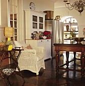 Esszimmer im Stilmix mit traditionellen Möbelstücken, Sammlerstücken und modernen Küchengeräten mit Edelstahlfront