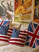 Kissen mit britischer und amerikanischer Flaggen auf weiße Couch vor alten Poster an der Wand