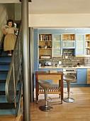 Mädchen geht Treppe zur Küche runter