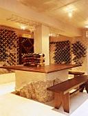 Ein privater Weinkeller mit rustikalen Tisch und Holzbänke