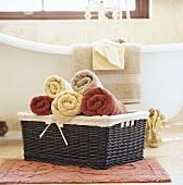 Korb mit Handtüchern vor nostalgischer Badewanne