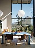 Ein moderner Essplatz mit grandiosem Panoramablick über eine Berglandschaft