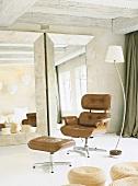 Original 50er Jahre Lounge Chair von Charles & Ray Eames in rustikaler Umgebung