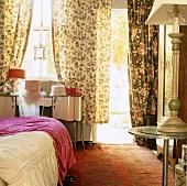 Auffälliger Mustermix in einem Schlafzimmer mit Zugang zur Terrasse