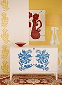Ornamentale Muster an Wand, Teppich und Kommode in verschiedenen Farben