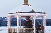 Drei Kinder auf winterlichem Pavillon