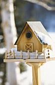 Ein Vogelhaus im Winter