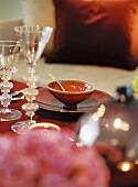 Gedeckter Tisch mit Schälchen im Kerzenschein
