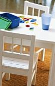 Kindertisch mit Spielzeug