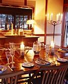 Ein gedeckter Tisch zum Abendessen