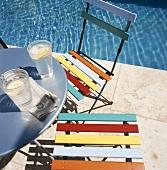 Zwei Wassergläser auf Tisch neben Pool