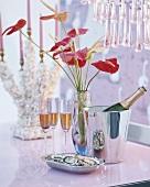 Sekt und Blumen in der Vase
