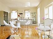 Esstisch, dahinter Küche