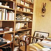 Unordentliches Bücherregal im Büro