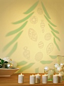 Kerzen und Christbaum an die Wand projeziert