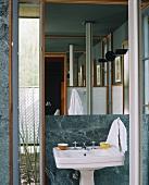 Großer Badezimmerspiegel über einem Standwaschbecken