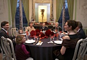 Festliches Familienessen an einem großen, runden Esstisch