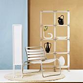 Einfache Möbelgruppe in Weiss mit Regal, bequemen Stuhl und einer Stehlampe