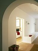 Flur mit eingebauter Sitzbank und mit Blick ins Wohnzimmer