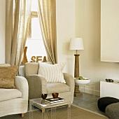Ruhige Wohnzimmerecke mit einer Einrichtung in Naturfarben und Naturmaterialien