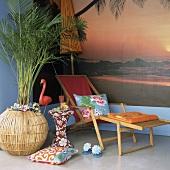 Zimmerecke mit Urlaubsfeeling durch eine Fototapete, einem Liegestuhl und einer großen Zimmerpalme