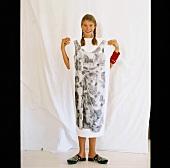 Mädchen hält Foto von einem Kleid vor den Körper