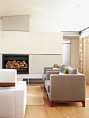 Modern gestalteter und einladender Wohnraum mit Kamin und stilvollen Sitzmöbeln