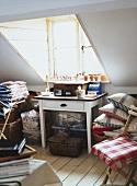 Ein kleiner Abstellraum im Dachgeschoss mit 50er Jahre Küchentisch und verschiedenen Vintageelementen