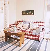 Helle Sitzecke mit bequemem Sofa im skandinavischen Stil
