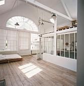 Helles Loft mit Empore und großem Giebelfenster