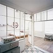 Glaseinbau in einem Loft mit altem Dielenboden