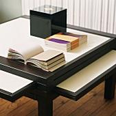 Ausziehbarer Tisch im japanischen Stil mit Notizbüchern und Holzkästchen