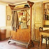 Antike Garderobe auf Rollen in einem alten Landhaus mit Steinboden