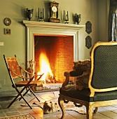 Ein barockes Sofa und ein antiker Klappstuhl vor einem Kamin