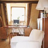 Arbeitsecke mit Schreibtisch im Dachgeschoss eines alten Fachwerkhauses