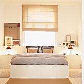 Die vertäfelten Vorsprünge an der Wand dienen als Ablagefläche und gehen in die Verkleidung des Bettkastens über