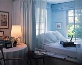 Die abgetrennte Bettnische hinter einem Vorhang strahlt romantische Gemütlichkeit aus