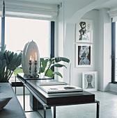 Ein Wohnraum mit elegant-moderner Inneneinrichtung in Schwarz und Weiss