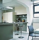 Die große Kücheninsel der modernen Küche bietet auch einen Thekenabschnitt mit Sitzmöglichkeiten