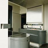Moderne Designerküche mit abgerundeten Ecken und Edelstahlelementen