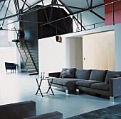 Moderne Stahlarchitektur gepaart mit minimalistischer Inneneinrichtung