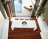 Elegant-puristischer Essbereich mit Zugang zu Terrasse und Pool aus der Vogelperspektive