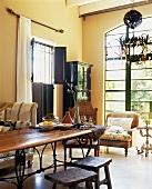 Elegant-Antike Wohnzimmereinrichtung in einer Landvilla