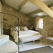 Im Dachgeschoss des Rusticos bilden die barocken Schlafzimmermöbel einen spannenden Kontrast zur traditionellen Architektur